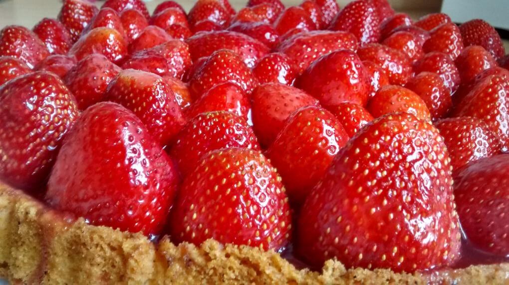 Bauer kaufen Hummeln, damit diese großen und symmetrischen Erdbeeren entstehen.