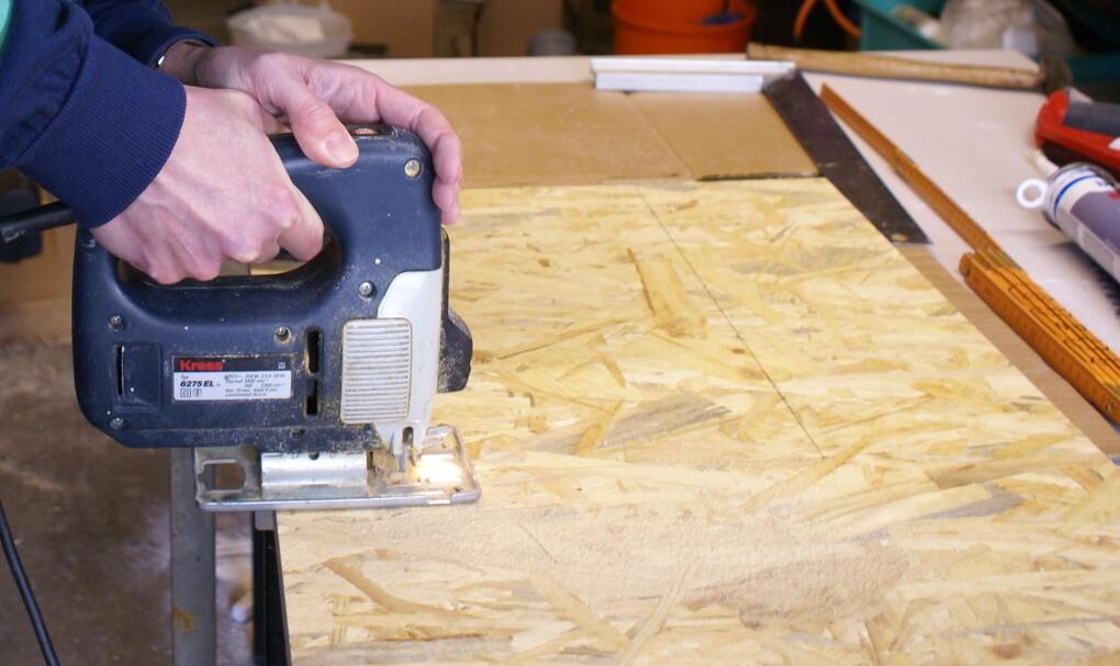 Aus billigem Holz den Deckel mit der Stichsäge sägen.