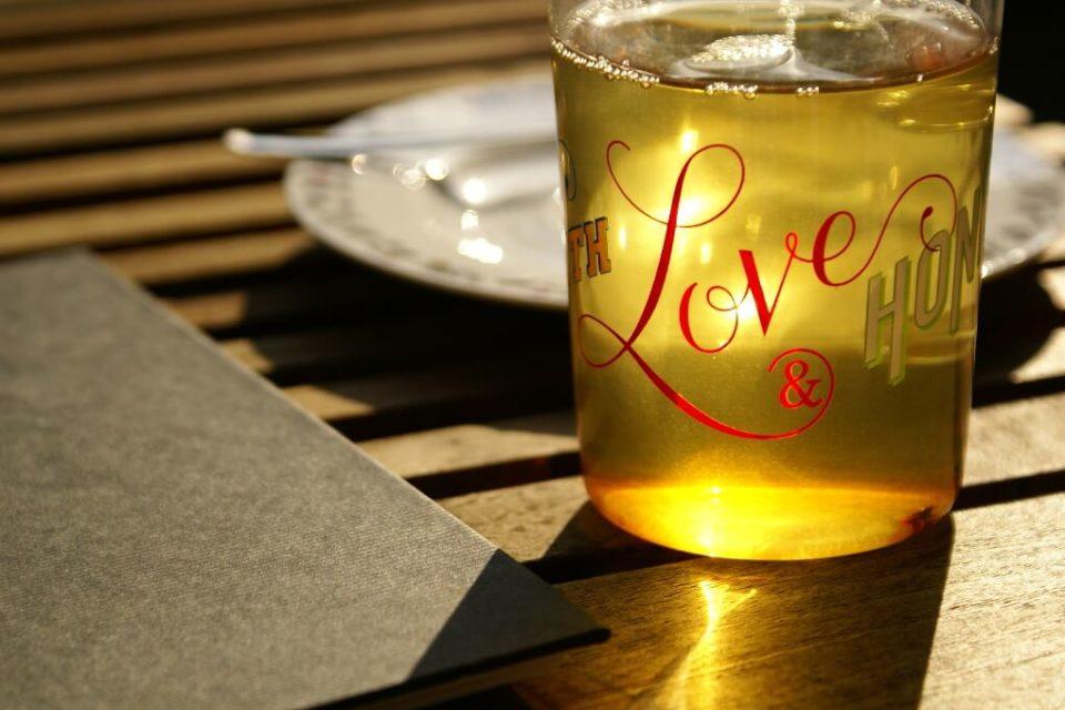 Symbolbild Tee in Glas-Tasse. Beim Termin der Hummelfreunde Treffen wurde getrunken und gespeist.